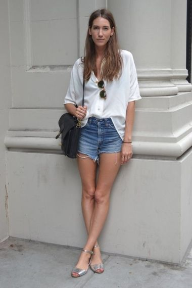 Sandalia plana metalizada short y camisa blanca